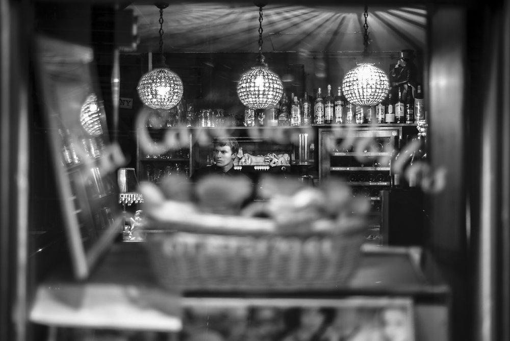"""Garçon de café """"Les Portes"""" rue de Charonne"""